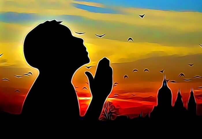 niño agradeciendo a dios por la mañana