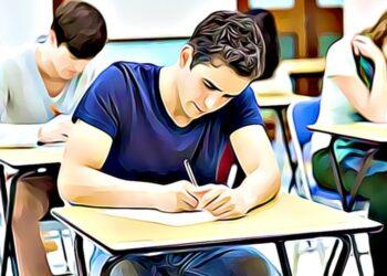 jóvenes rindiendo exámenes